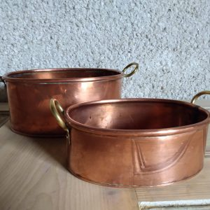 Pots next to each other. Copper Pots Set / Vintage Kitchenware by a Hopeful Home webshop for rustic vintage homeware.